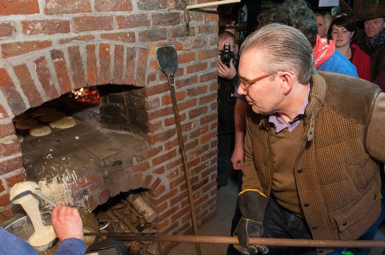 Vorig jaar goot Peter Goossens de eerste geutelingen van het seizoen. Zondag staat een andere bekende kok aan deze oven.