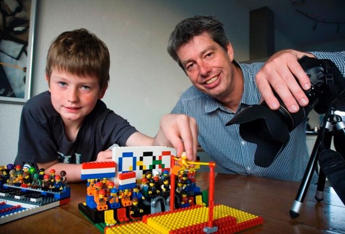 Vader Dennis en zoon Tren Beelen uit Oss worden door het 'Epke-in-lego-filmpje' bedolven onder de media-aandacht. Foto: Ruud Rogier