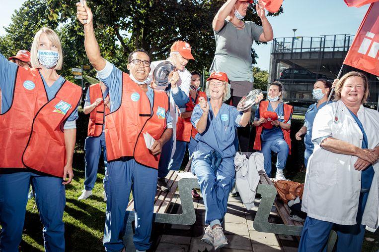 Zorgmedewerkers staken voor een betere cao bij het AMC. Beeld Jakob van Vliet
