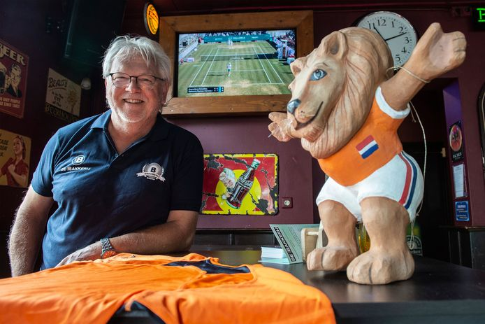 Peter van de Wiel van café De Bakkerij heeft een aantal losse schermen in zijn zaak, zodat bezoekers de wedstrijd van Oranje zondag kunnen volgen.