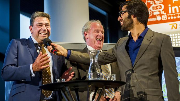 Oud-wethouder en trojka-voorzitter Wim van Sluis (links) en president-commissaris Dick van Well van Feyenoord worden tijdens het 010 Debat geïnterviewd door presentator Ernest van der Kwast.