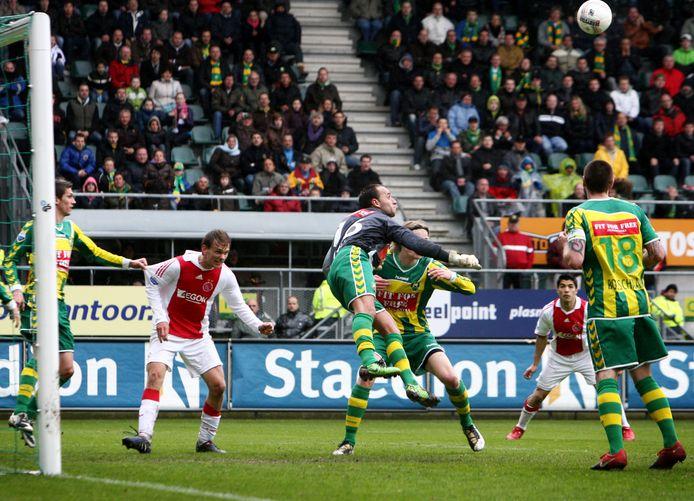 Gelegenheidsdoelman Ricky van den Bergh van ADO Den Haag stompt de bal uit het doelgebied na een hoekschop van Ajax.