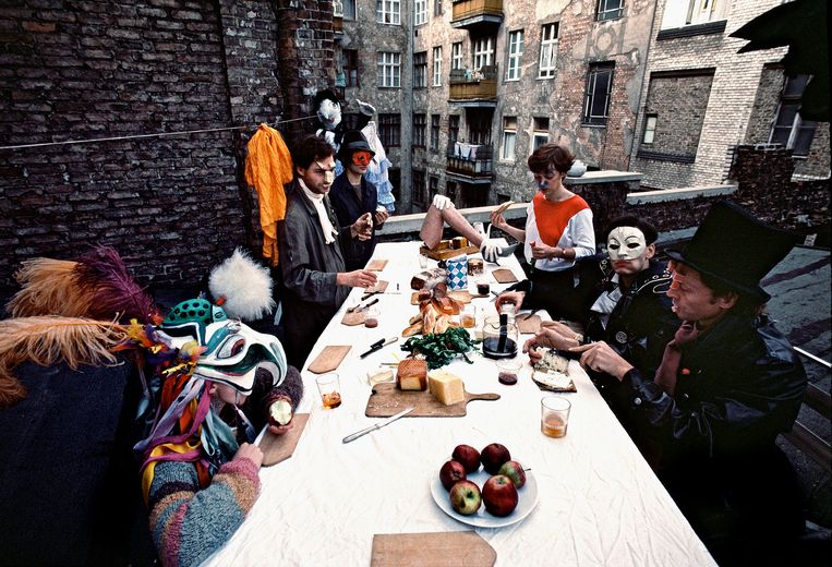 Begin jaren tachtig kregen Oost-Duitse kunstenaars meer vrijheid; hier een een pantomime-gezelschap aan de brunch op een dakterras in Oost-Berlijn, 1984.  Beeld Thomas Hoepker / Magnum Photos