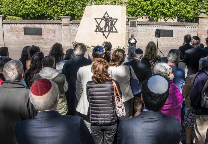 Herdenking bij het Joods Monument op het Rabbijn Maarsenplein in Den Haag.