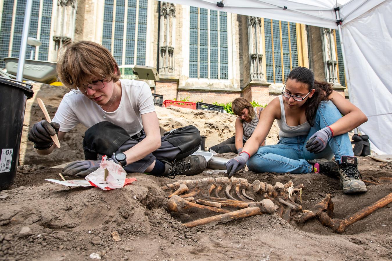Anne Hagemeijer (links) en Gendra Lacle aan het werk op het Grote Kerkhof.