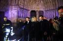 De Franse president Emmanuel Macron (midden) en zijn vrouw Brigitte brengen een bezoek een brandweermensen bij de Notre -Dame. Spuitgasten die in de loop van de nacht worden afgewisseld door uitgeruste collega's en bij de brandende kerk in het hart van Parijs vertrekken, krijgen applaus van het publiek.