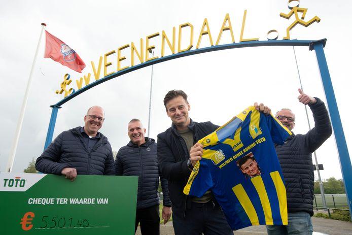 Wilfred Genee verrast de club met een cheque van ruim 5500 euro.