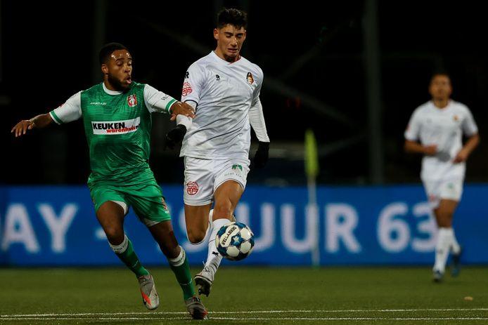 Bradley Vliet (links) duelleert namens FC Dordrecht met Sebastian Soto van Telstar.