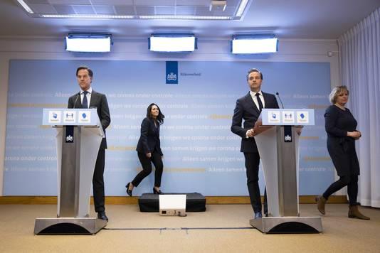 Demissionair premier Mark Rutte en demissionair minister Hugo de Jonge (Volksgezondheid, Welzijn en Sport).