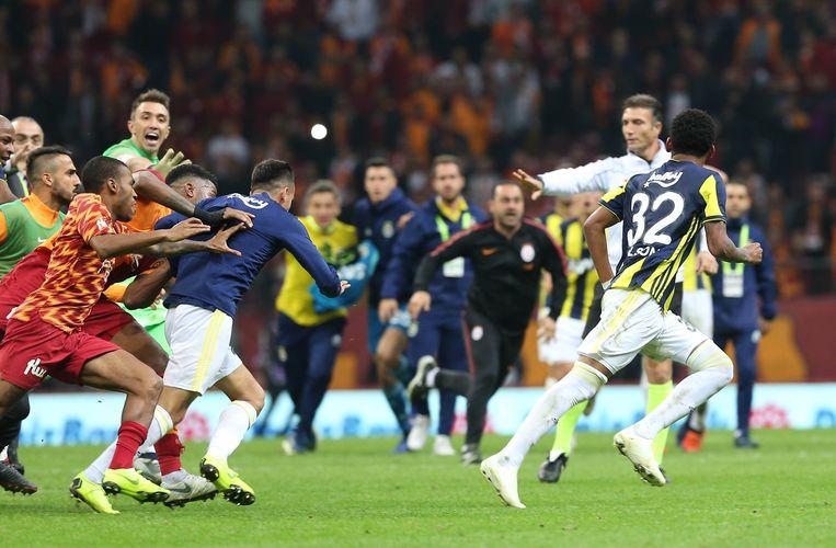 Spelers van Galatasaray zetten de achtervolging in op Jailson Squiera of Fenerbahce, nadat die ostentatief een goal ging vieren voor de fans van de thuisploeg.
