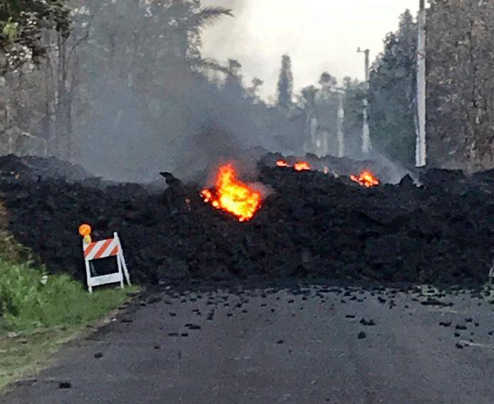 Lava in het midden van de straten van Big Island.