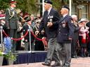 Twee veteranen passeren kroonprins Willem Alexander tijdens het defilé in Wageningen in 2005.