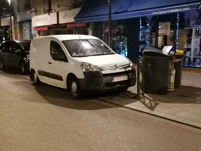 De beschadigde auto van Roger werd in de buurt van Parijs aangetroffen. De auto werd blijkbaar vluchtig geparkeerd.