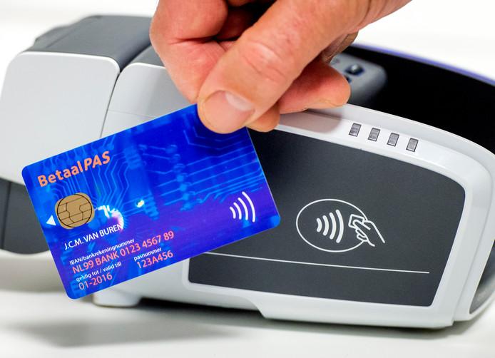 Alleen met een contactloze bankpas kan meegedaan worden aan de nieuwe NS-proef van betalen met  pin- of creditcard.