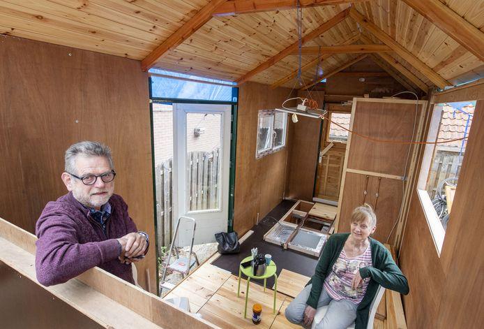Wim Hietbrink (l) in zijn tiny house in aanbouw. Rechts Mariët Klein Gunnewiek, die met echtgenoot Clemens aan een ander onderkomen bouwt.