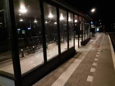 Vandalen richten ravage aan op station Lochem: 18 ruiten van wachtruimtes vernield