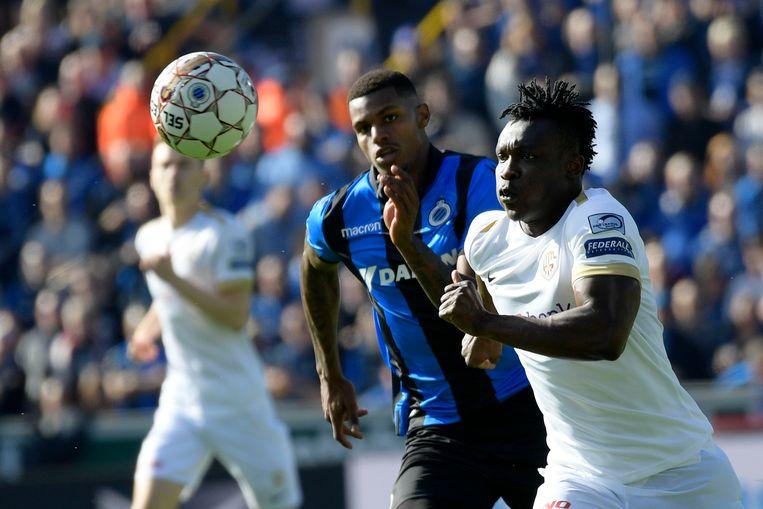 Club-spits Wesley (l.) duelleert om de bal met Joseph Aidoo van Genk. Beeld BELGA