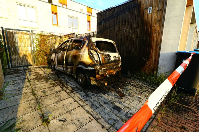 Ochtend na de autobrand: er is weinig over van het voertuig.