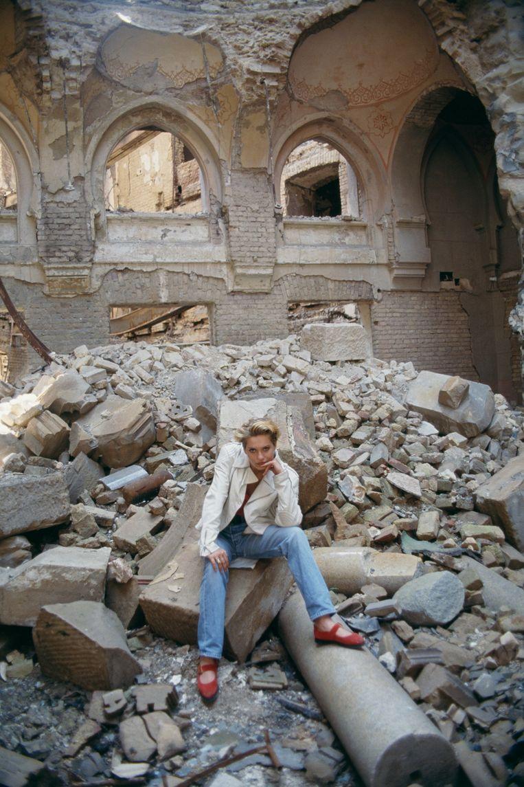 De jonge Inela tussen de puinhopen van het oorlogsgeweld in Sarajevo. Beeld Sygma via Getty Images