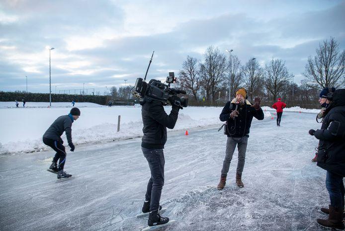 Jeroen Kijk in de Vegte presenteert vanaf de ijsbaan van Veenendaal het NPO Radio 2 programma Jan-Willem Start Op. Zijn collega Jan-Willem Roodbeem werkte vanuit de kantine van ijsvereniging De Greb.