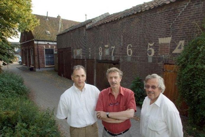 Wim Setz, Edy Prick en Jan Elhorst (vlnr) voor de voormalige palingrokerij aan het Slagersplein in Brunnepe. Foto FREDDY SCHINKEL