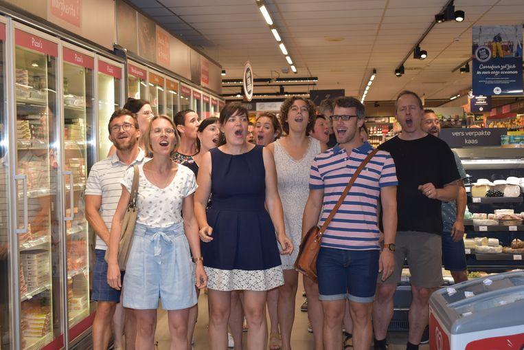 De flashmob van CHANTage in de Carrefour Market deze morgen
