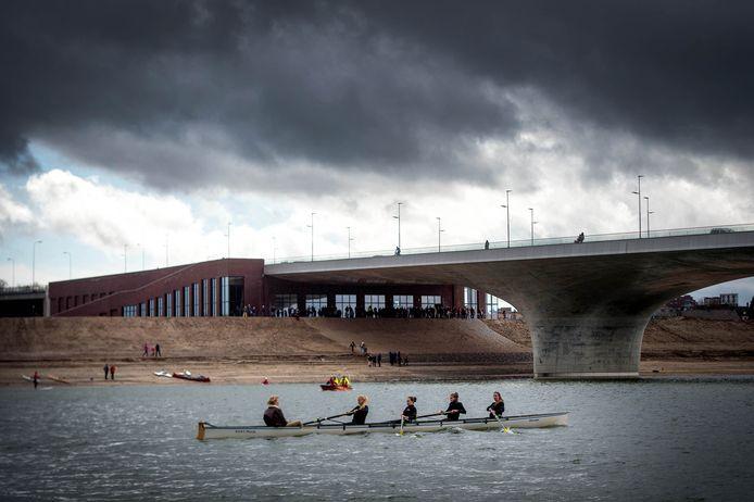 Een roeiboot op de nevengeul vaart voorbij het Bastion onder de Waalbrug.