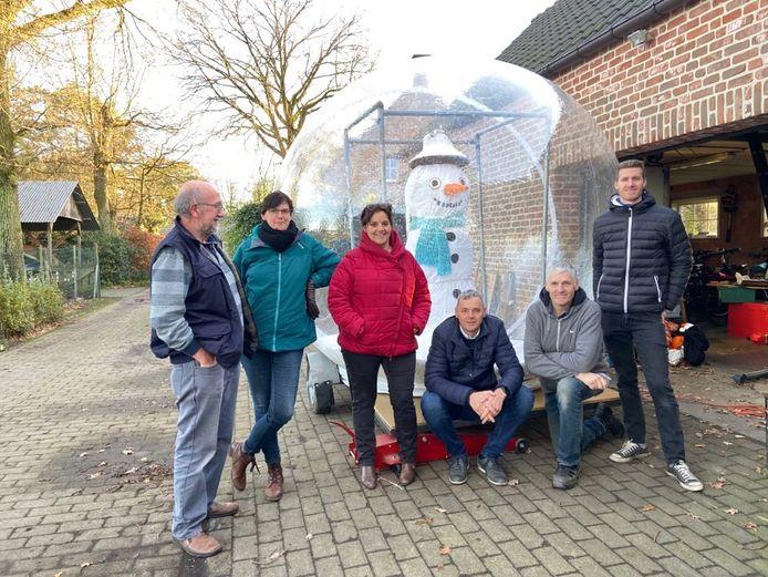 De familie Van den Langenbergh-Boden pakt dit jaar uit met een enorme sneeuwbol.