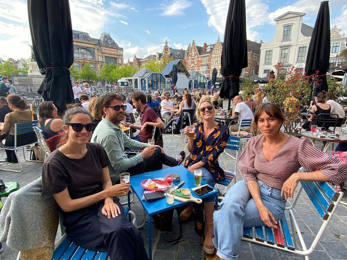Silvester, An, Florence an Albane op het terras van Ventura op de Vrijdagmarkt.