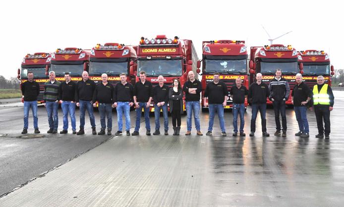 De 16 truckers van Looms uit Almelo met hun instructeur Ewald Rühlmann (rechts).