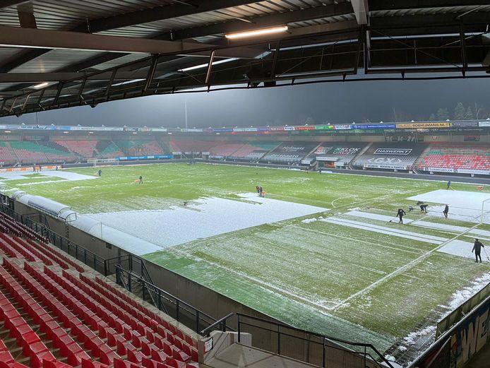 Sneeuwploeg maakt het NEC-voetbalveld sneeuwvrij.