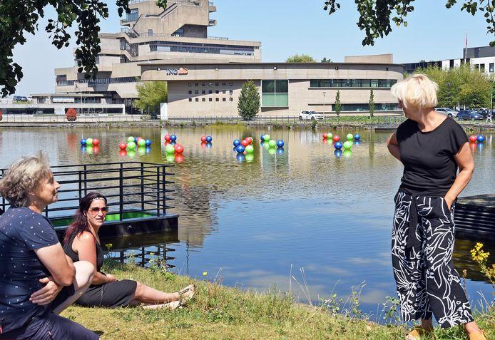 Jozien van Langevelde (r) bij de waterpartij met kleurige ballen. Samantha Strooband (m): ,,We krijgen echt heel leuke reacties.'' Links Joan Meijer.