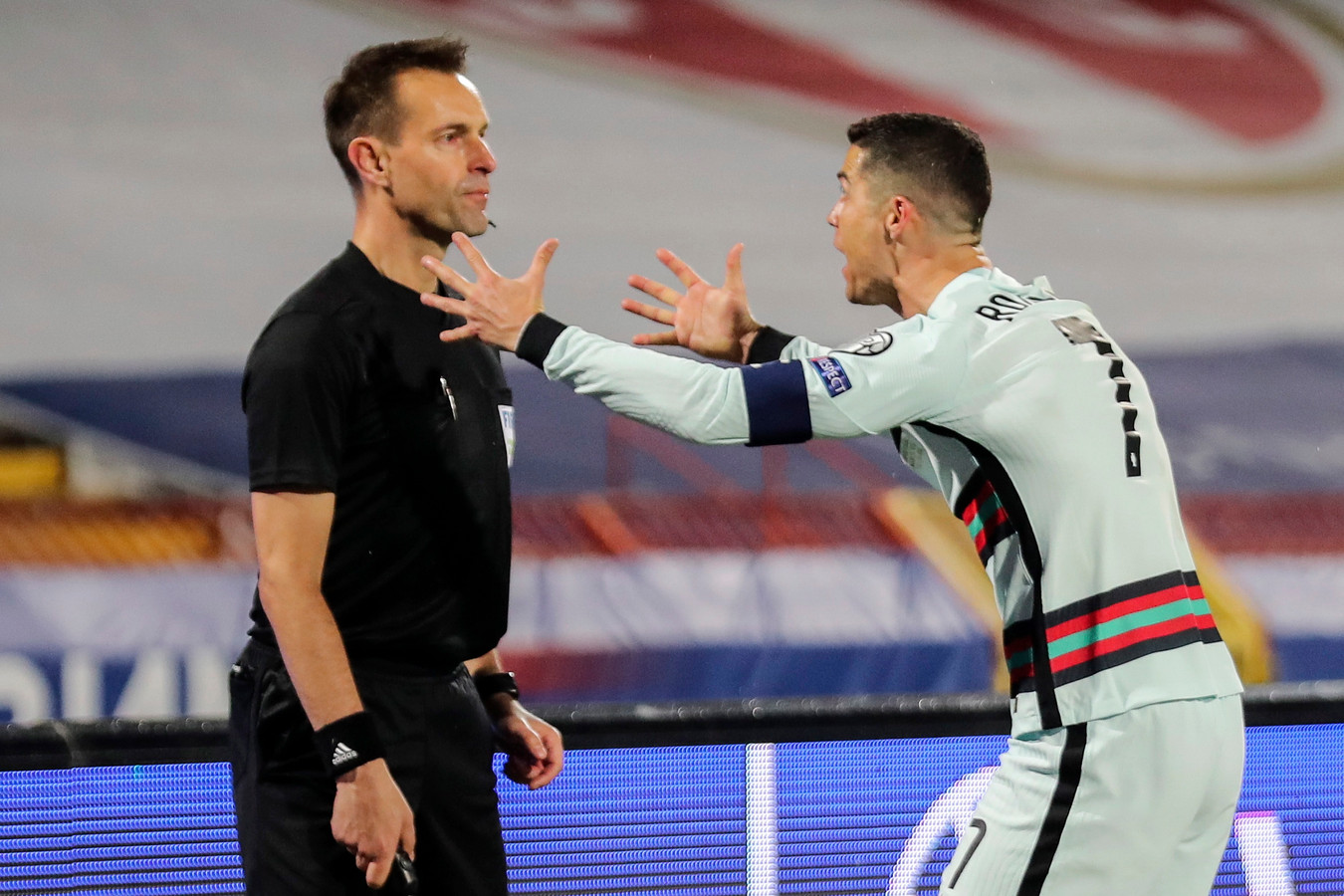 Ronaldo beklaagt zich bij grensrechter Mario Diks.