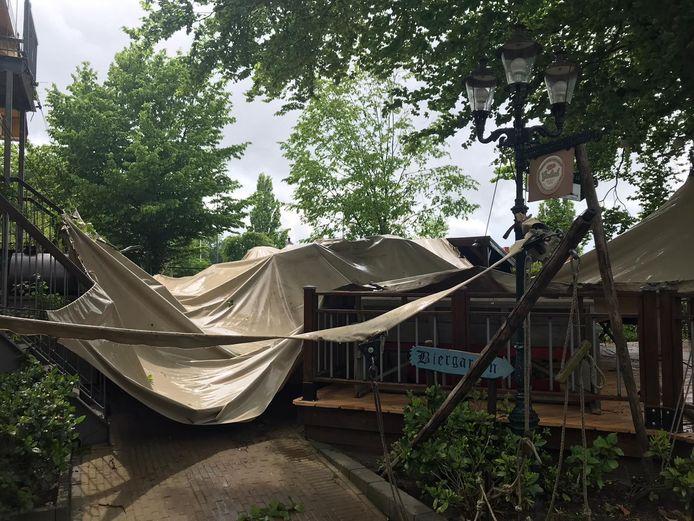 De overkapping van het terras van De Wilgenweard waaide kapot.
