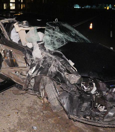 Automobilist ramt trolleymast in Arnhem en ontsnapt aan dood