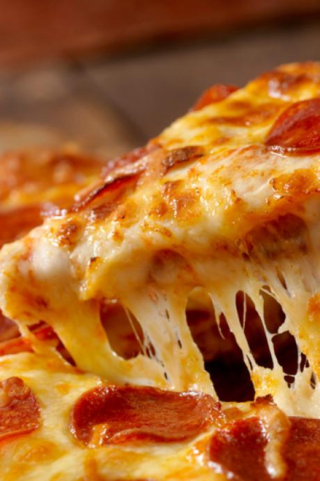 Pizza, patat, drank en een busretour gratis bij neonfeest voor jongeren