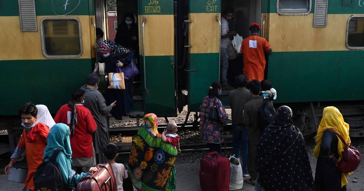 Zeker 30 doden bij botsing tussen twee sneltreinen in Pakistan.