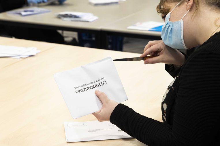 Briefstemmen die per post zijn binnengekomen worden verwerkt.  Beeld ANP