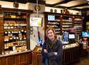 Susanne Evers van de Helmondse tabaksspeciaalzaak Evers-Vos noemt het een 'hele goede beslissing'. Evers-Vos is al 46 jaar gespecialiseerd in sigaren en andere rookwaren en zag de laatste jaren klanten van steeds verder komen.