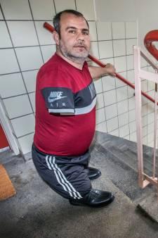 Sabri (42) die zonder benen en arm op vier hoog woont, krijgt alsnog eigen huis en scootmobiel