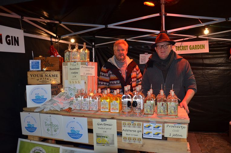 Buiten konden de bezoekers onder meer de Aalsterse Garden Gin en Secret Garden proeven tijdens het eerste 'Whisky-, Rum- en Gin Festival' in Welle.