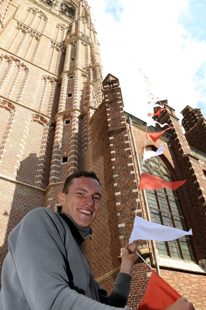 Jesse Brosens van de stads Hoogstraten helpt mee met de vlaggetjes.