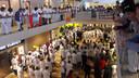 Verplegend personeel luistert naar speeches van de stakingsleiders in de hal van het ETZ.