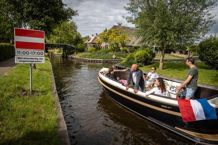 Van buitenaf Giethoorn in varen mag in de weekenden en zomervakantie niet tussen 11.00 en 17.00 uur. Verhuur van boten mag wel gewoon.
