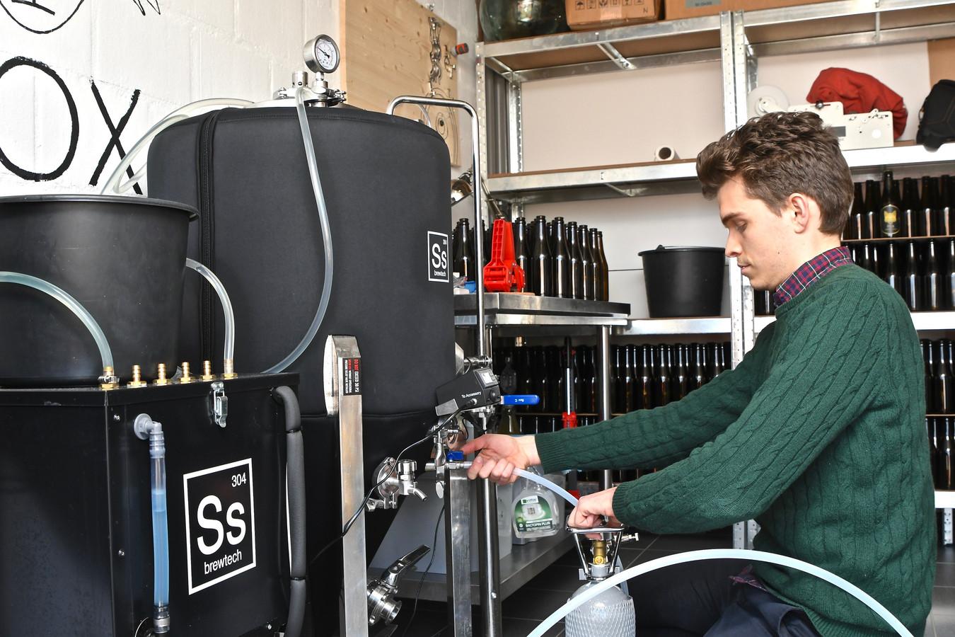 Maxime Claeys produceert in de garage van zijn woning Fox Appel Cider. De installatie is spiksplinternieuw