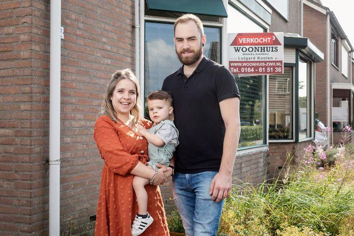 Saskia, Jimmy en Matteo voor hun oude huis, dat ze hebben verkocht.