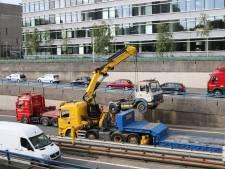 Vrachtwagen valt van oplegger en breekt doormidden: A12 richting Den Haag dicht bij Malieveld