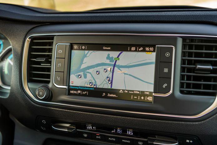 Op de basisversies na heeft elke Proace Electric dit aanraakscherm met navigatie, waarmee je eveneens gemakkelijk laadpunten kunt vinden