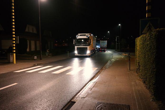 Vrachtwagens denderen al van 's ochtends heel vroeg door de Zennestraat in Lot.
