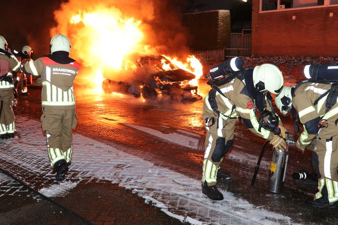 Auto gaat in vlammen op in Waalwijk.